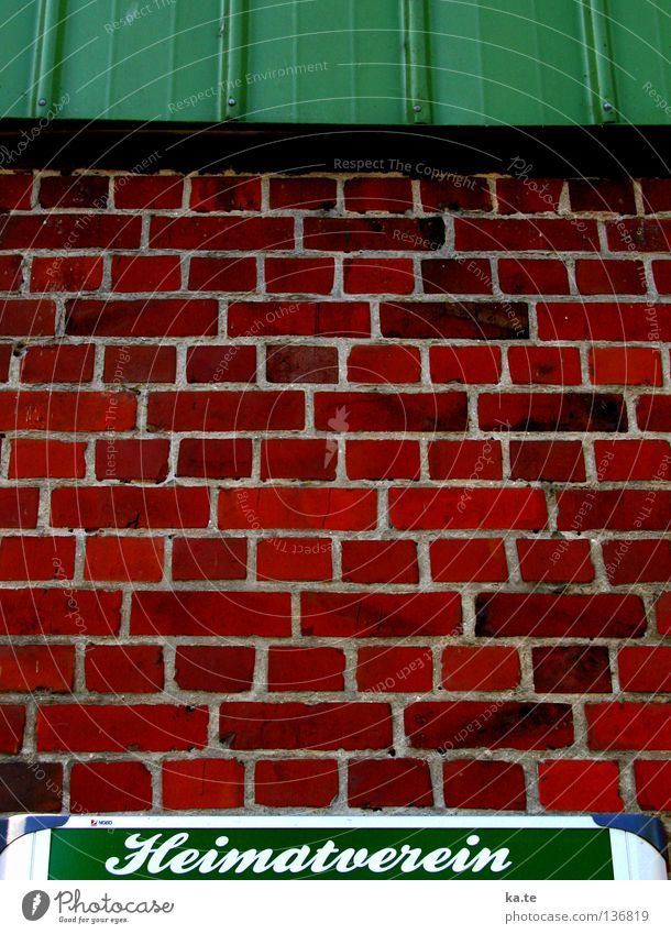 Landleben Heimat Dorf ländlich grün rot Backstein Information Mauer Haus Wand Bauernhof Idylle Schleswig-Holstein Gesellschaft (Soziologie) Zusammensein