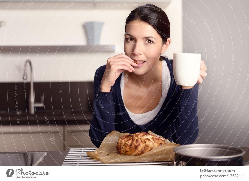 Junge Frau, die ihren frisch gebackenen Kuchen schmeckt Mensch Gesicht Erwachsene Essen Glück Lifestyle Frucht Kochen & Garen & Backen Küche Kaffee Apfel