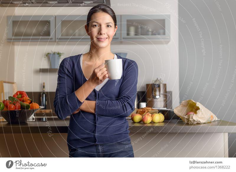 Glückliche zufriedene Hausfrau in ihrer Küche Mensch Frau weiß Erholung ruhig Gesicht Erwachsene modern Fröhlichkeit Lächeln Kochen & Garen & Backen