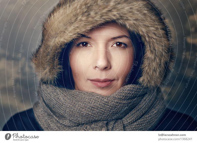 Recht junge Frau in der braunen Pelzhaube Stil schön Gesicht Winter Erwachsene 1 Mensch Wärme Mode Pelzmantel Schal Hut Lächeln Freundlichkeit attraktiv