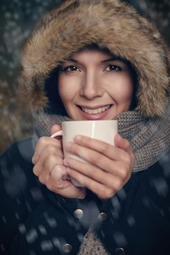 Junge Frau, die warme Tasse Tee hält Mensch weiß Winter Gesicht Erwachsene Wärme Schnee Glück Lifestyle Mode Wetter Getränk Freundlichkeit Jahreszeiten trinken