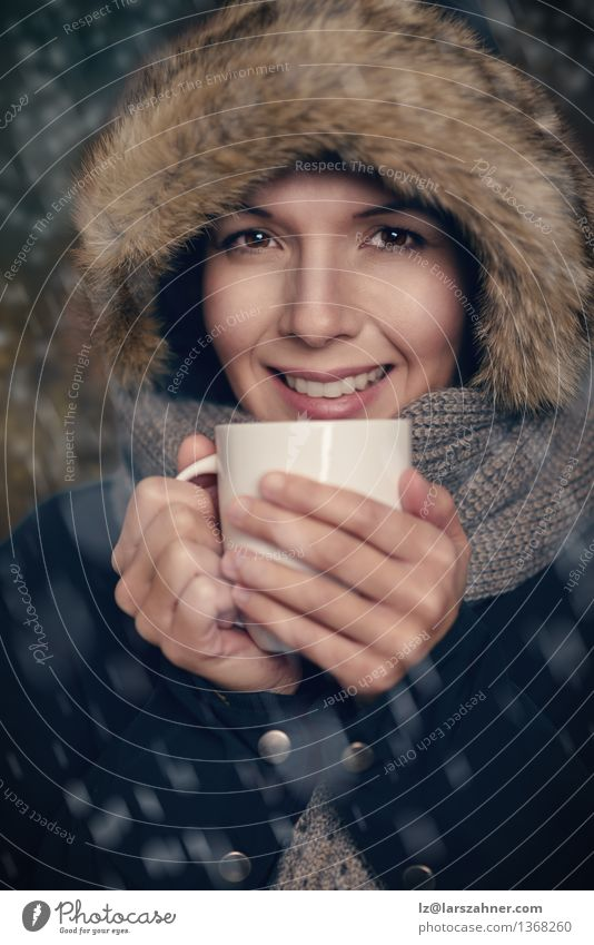 Mensch Frau weiß Winter Gesicht Erwachsene Wärme Schnee Glück Lifestyle Mode Wetter Getränk Freundlichkeit Jahreszeiten trinken