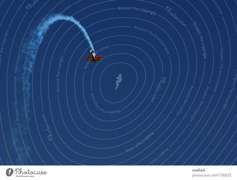 No Way Out Flugzeug Kondensstreifen Kunstflug Flugschau Flugmanöver Geschwindigkeit Akrobatik Motor Tragfläche weiß Kick Kitzel Himmel fliegen blau Freiheit