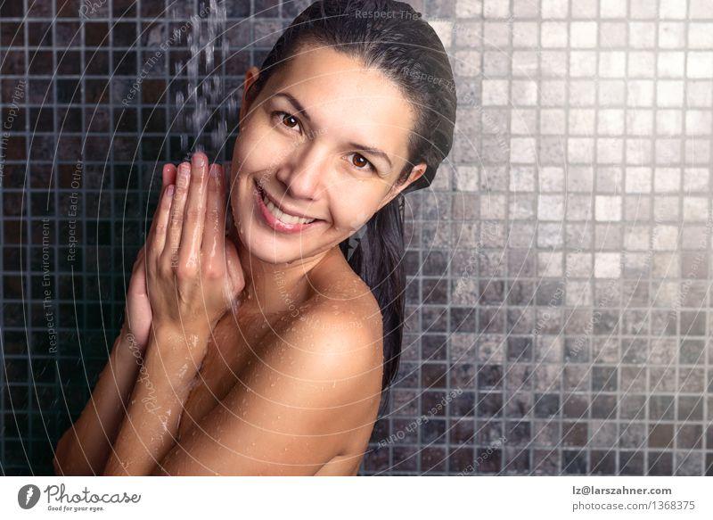 Attraktive Frau, die unter der Dusche ihr Haar wäscht Mensch Erholung Gesicht Erwachsene Lifestyle Behaarung Körper Haut nass Sauberkeit Wellness Bad