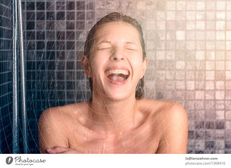 Glückliche bloße junge Frau, die Dusche nimmt Mensch nackt Erholung Gesicht Erwachsene natürlich lachen Lifestyle offen Mund nass Sauberkeit Bad brünett
