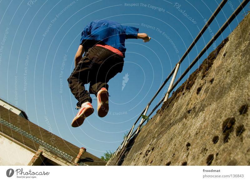 V Jugendliche Himmel blau Freude Sport Erholung springen Spielen Bewegung Zufriedenheit lustig Flugzeug elegant frei verrückt