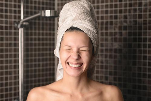 Spielerische boshafte Frau mit dem nassen Haar in einem Tuch Mensch Natur nackt Erotik Gesicht Erwachsene Behaarung Körper Haut Lächeln niedlich Sauberkeit Bad