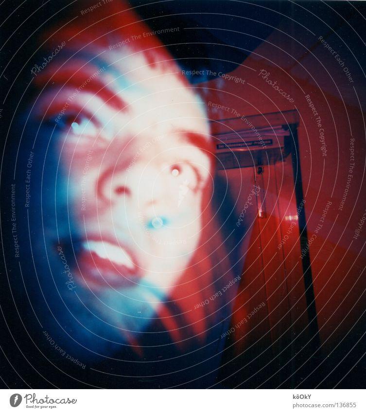 Vorspulen vergessen Mensch Jugendliche weiß blau rot Angst Erwachsene Quadrat Holga Geister u. Gespenster Panik Doppelbelichtung Schrecken Schock besessen 18-30 Jahre