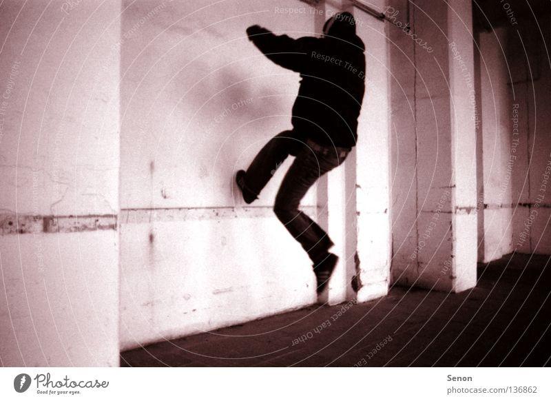 Gegen die Wand alt Haus springen Bewegung verfallen Baracke