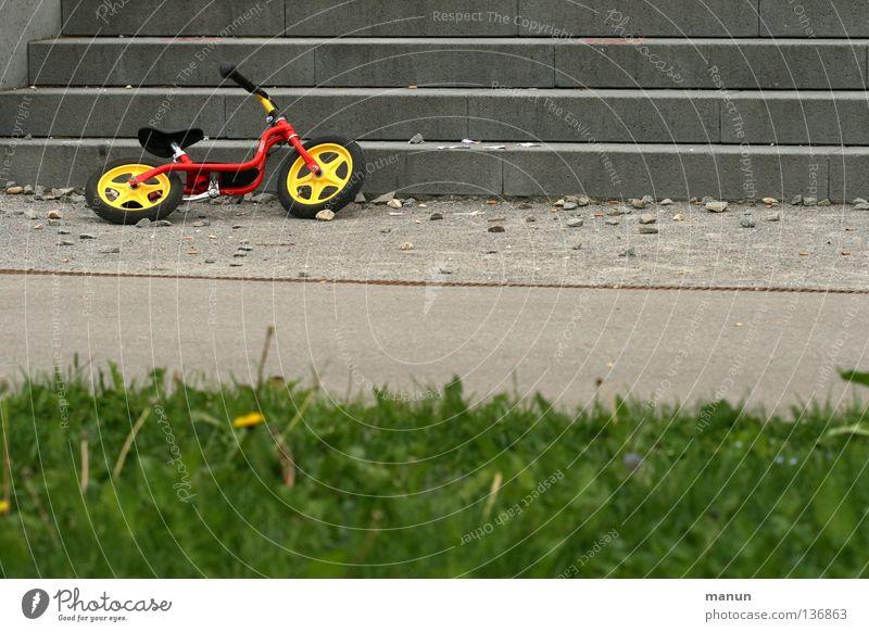 überflüssig Einsamkeit Straße Wiese Spielen Gras Wege & Pfade Kindheit Freizeit & Hobby Fahrrad Ordnung Treppe Pause trist Asphalt Mobilität Langeweile