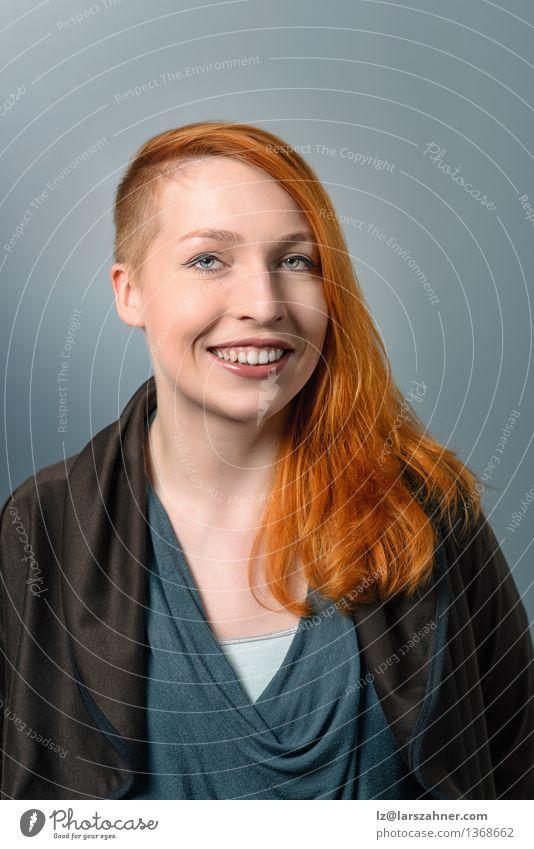 Lächelnde rote behaarte Frau Mensch Jugendliche ruhig 18-30 Jahre Gesicht Erwachsene Glück Haare & Frisuren Dekoration & Verzierung modern Textfreiraum Erfolg