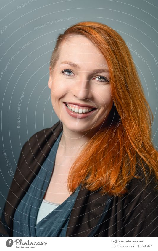 Lächelnde rote behaarte Frau Mensch Jugendliche ruhig 18-30 Jahre Gesicht Erwachsene Glück Dekoration & Verzierung modern Textfreiraum Erfolg stehen