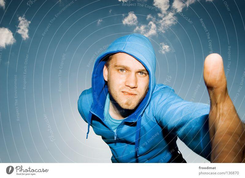 Hilfestellung Himmel Mann Jugendliche blau Hand schön Wolken Gesicht Auge Stil hell Freundschaft Arme Mund maskulin Nase