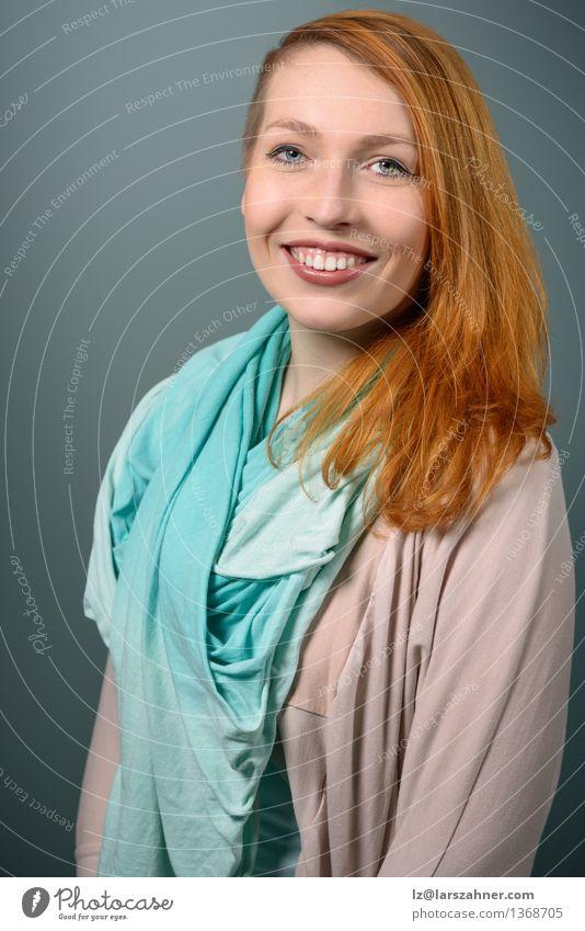 Lächelnde rote behaarte Frau, die Kamera betrachtet Mensch Jugendliche ruhig 18-30 Jahre Gesicht Erwachsene Glück Dekoration & Verzierung modern Textfreiraum