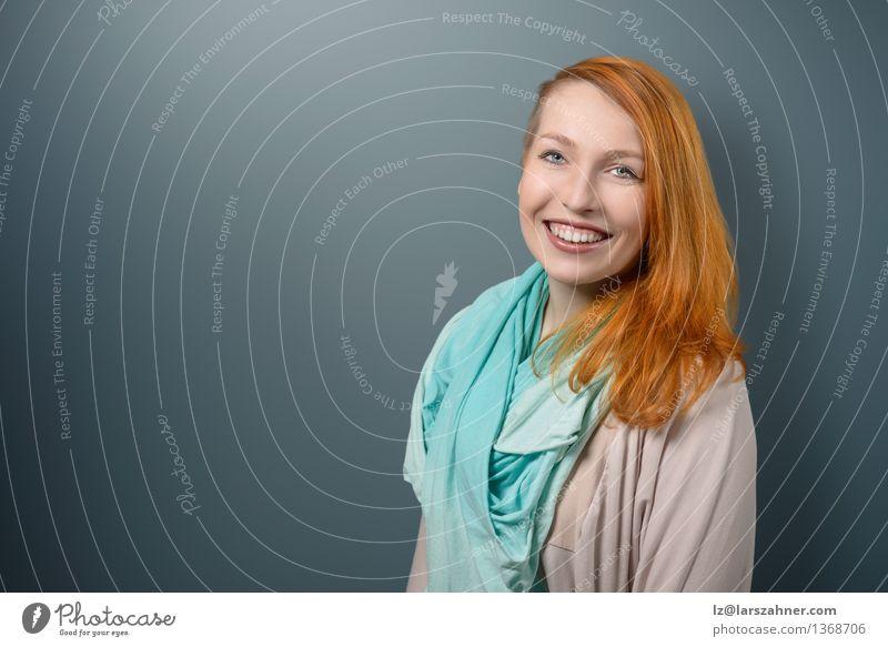 Mensch Frau Jugendliche ruhig 18-30 Jahre Gesicht Erwachsene Glück Dekoration & Verzierung modern Textfreiraum Erfolg stehen Fröhlichkeit Arme Lächeln