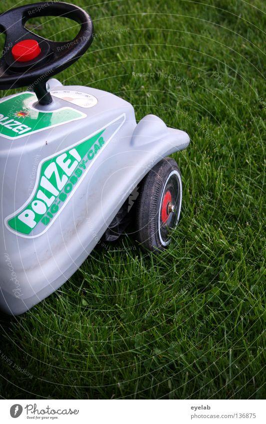 Polente grün rot Freude Spielen grau Garten PKW Park Kindheit Freizeit & Hobby Verkehr Schriftzeichen Sicherheit fahren Rasen Spielzeug