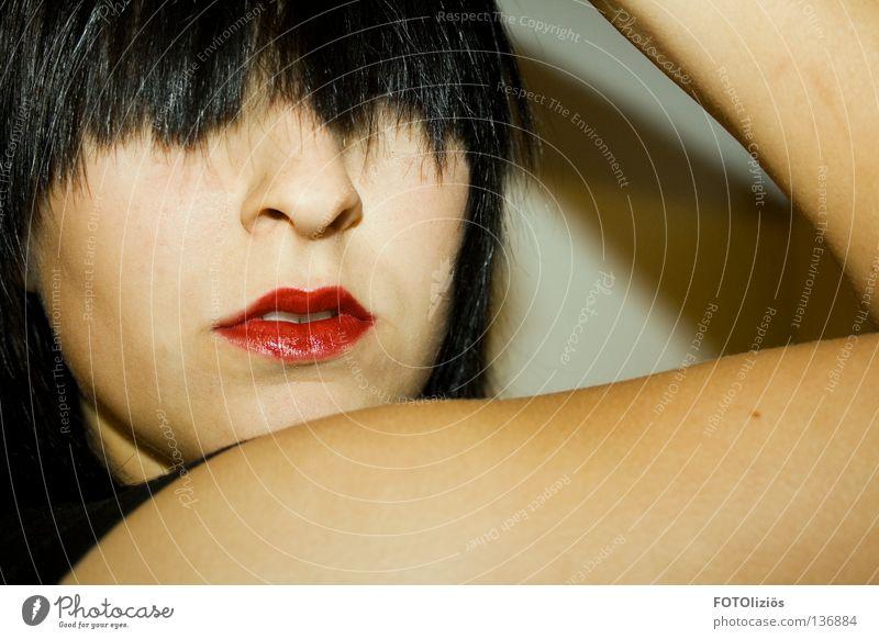 Kalte Schulter zeigen Mensch Frau rot Farbe schwarz Gesicht Haare & Frisuren Arme Haut Mund Nase Lippen Dame Pony Lippenstift