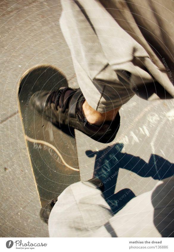 ON BOARD! Sport Casper Freestyle Mann Junger Mann Sommer Beton dunkel Silhouette hart ungemütlich Stil gefroren verkehrt gedreht springen hüpfen Extremsport
