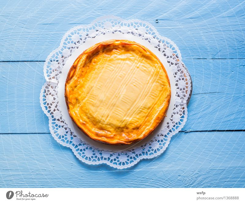 Käsekuchen auf blauem Holz mit Tortenspitze Kochen & Garen & Backen Kuchen Dessert Backwaren Holztisch rustikal Landhaus
