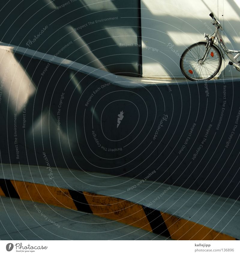 boxenluder Fahrrad Oldtimer Rad Hinterhof Licht Gitter Einfahrt Abstellplatz Garage Billig ökologisch Klimaschutz Gummi Silhouette Ständer Mauer Rücklicht Video