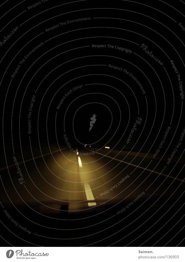 Tunnelblick Fahrbahnmarkierung Autofahren Nacht dunkel Einsamkeit Scheibenwischer Außenaufnahme ruhig Denken Konzentration gefährlich Verkehr Straße Müdigkeit