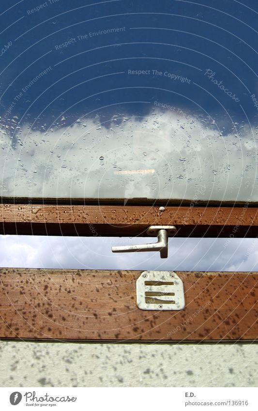 Öffnung zum Himmel blau weiß Wolken Fenster Regen Wetter Hoffnung Fensterscheibe Griff