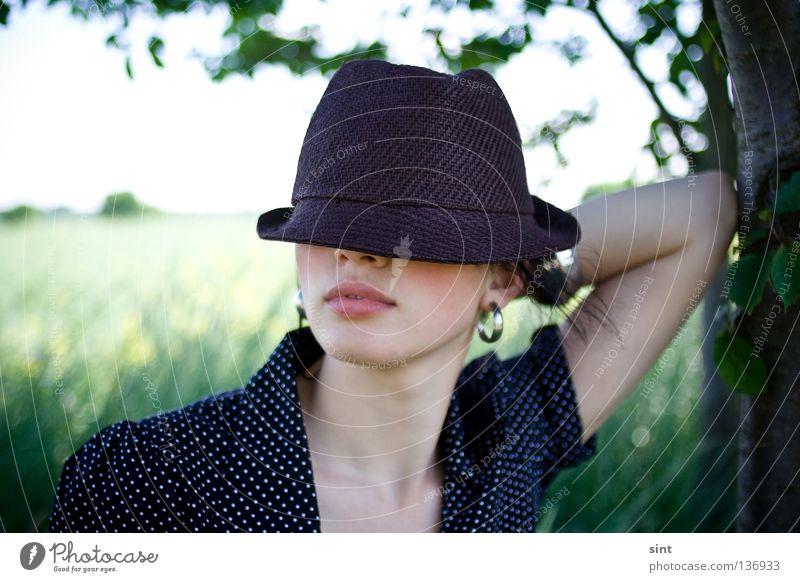in geheimer mission Frau Mensch Natur Jugendliche schön Sommer ruhig Stil Arme elegant Beautyfotografie Körperhaltung Model Lippen geheimnisvoll Hut
