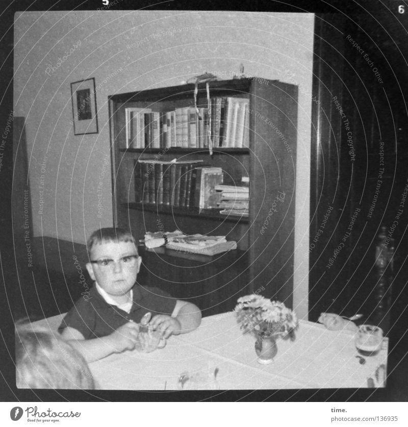 Wirtschaftswunderkind, noch etwas ungläubig Kind Junge klein Stimmung Kommunizieren Tisch Brille historisch Vergangenheit Wohnzimmer Langeweile früher Moral
