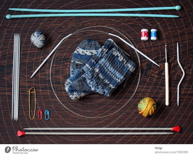 Super Stillleben | stricken blau weiß rot gelb Holz klein grau außergewöhnlich braun Metall liegen Freizeit & Hobby Kreativität einzigartig Kunststoff dünn