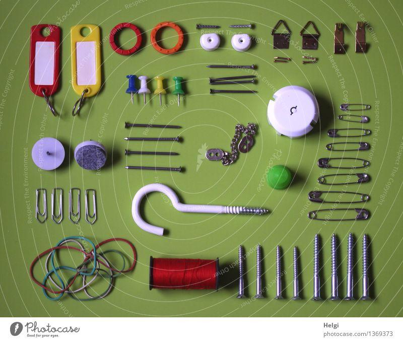 Super Stillleben | Nützliches Nagel Schraube Haken Nähgarn Gummiband Büroklammern Schlüsselanhänger Kette Fingerhut Stecknadel Metall Kunststoff liegen
