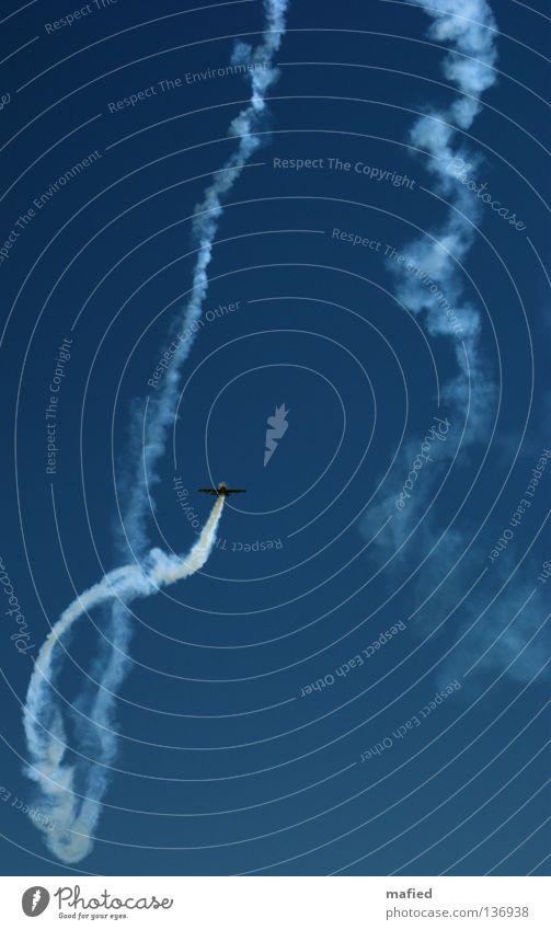 Klaustrophobie Flugzeug Kondensstreifen Kunstflug Flugschau Flugmanöver Geschwindigkeit Akrobatik Motor Tragfläche weiß Kick Kitzel eingeengt gefangen Panik