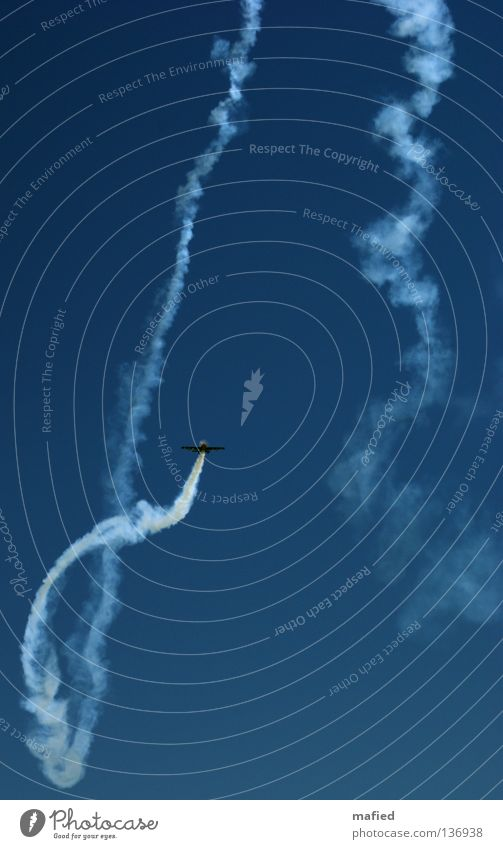 Klaustrophobie Himmel blau weiß Freiheit Angst fliegen Flugzeug Geschwindigkeit Tragfläche gefangen Platzangst Panik Motor Akrobatik Nervenkitzel