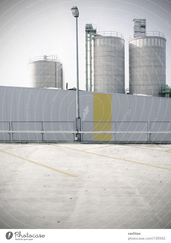 Betonstrand weiß Überbelichtung Strahlung Radioaktivität Silo Wirtschaftswachstum Parkplatz Streifen gelb Architektur gefährlich Arbeit & Erwerbstätigkeit hell