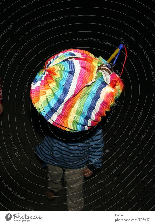 Warum nicht auch im Mai?! Kind schön Freude schwarz Lampe dunkel Spielen laufen Laterne Falte singen tragen gestreift hochhalten Lampion