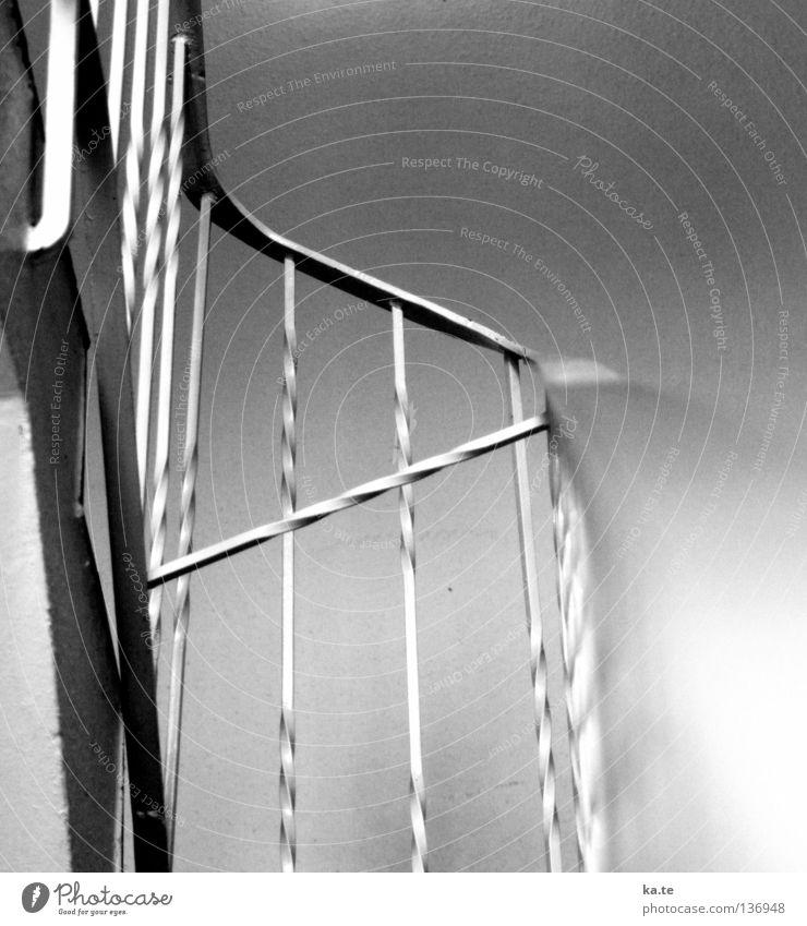 vorsichtig Treppe Beton Metall festhalten Erfolg hoch oben grau schwarz weiß Sicherheit Treppenhaus Treppenabsatz Eisen abstützen Etage abwärts streben Flur