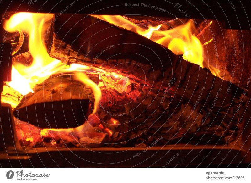Feuer im Ofen heiß Licht Physik Holz brennen Winter Glut heizen obskur Brand Flamme Wärme Brandasche Heizkörper