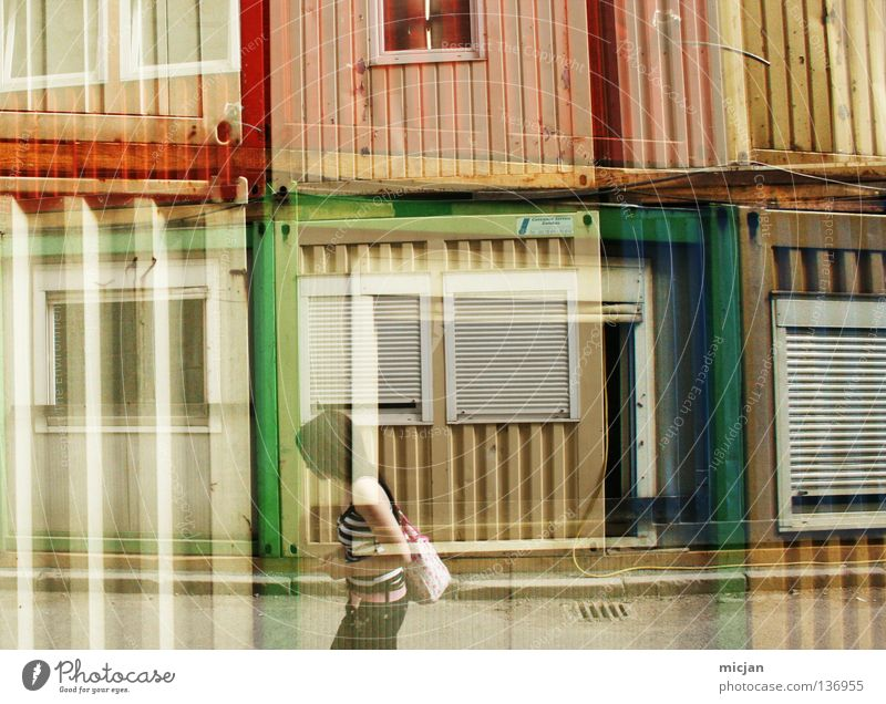 double exposure girl. gehen Doppelbelichtung Belichtung mehrfarbig rot grün gelb Frau Biest Wohncontainer Fenster Streifen Stil Rockabilly laufen durcheinander