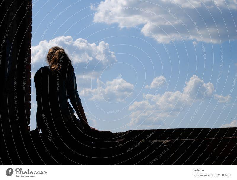 ...und wenn ich springe? Fenster Wolken schlechtes Wetter Schatten Frau feminin Mädchen Jugendliche Am Rand Ecke Mauer Gemäuer Sims Fenstersims Fensterbrett
