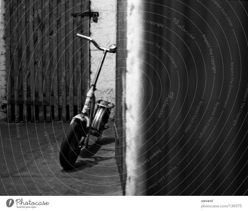 abgestellt Einsamkeit dunkel Traurigkeit Spielen Holz Freizeit & Hobby dreckig Tür trist Beton kaputt verfallen Spielzeug gruselig trashig Gitter