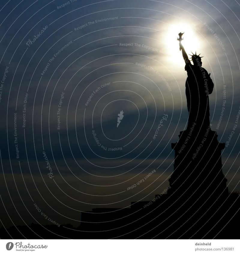 Statue of Liberty im Gegenlicht Freiheit träumen Zufriedenheit Statue Denkmal Wahrzeichen New York City Manhattan USA Migration Chance Freiheitsstatue möglich Fackel