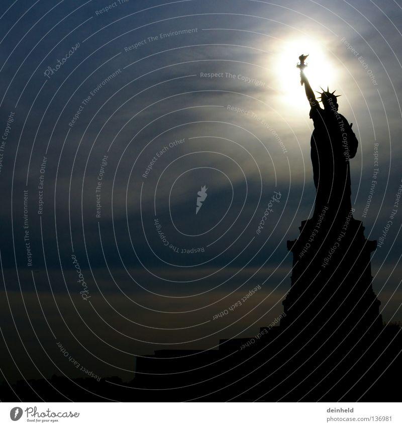 Statue of Liberty im Gegenlicht Freiheit träumen Zufriedenheit Denkmal Wahrzeichen New York City Manhattan USA Migration Chance Freiheitsstatue möglich Fackel