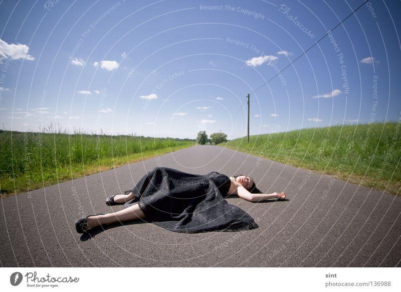 keine rettung in sicht Frau Mensch schön Himmel blau Wolken Straße Wege & Pfade Trauer liegen unten Verzweiflung verloren Rettung Schwäche