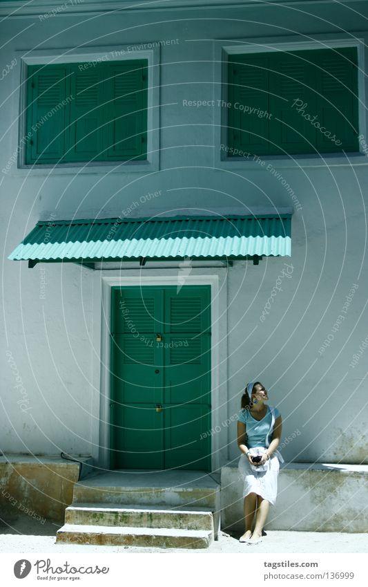 CHILLIN' GREEN ON MALE grün türkis mint Haus Hauseingang Fenster Frau Tourist Tourismus Malediven Indien weiß Ferien & Urlaub & Reisen Sommer Erholung