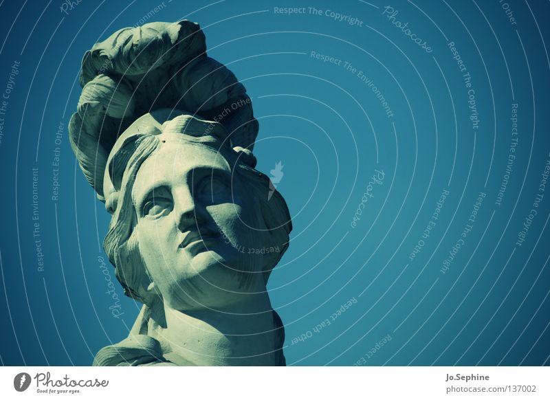 Medusa's watching you. elegant Frau Kopf Skulptur Himmel Wahrzeichen Denkmal Stein Hochmut Statue Steinfigur Medusenhaupt Mythologie erstarren Blauer Himmel