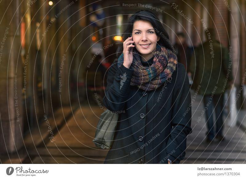 Mensch Frau Stadt schön Winter Gesicht Erwachsene Straße Herbst sprechen Glück Lifestyle modern Fröhlichkeit Lächeln Telefon