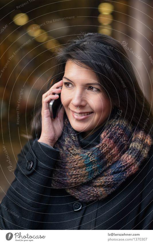 Lächelnde Frau in Autumn Fashion Talking am Telefon Mensch Stadt schön Winter Gesicht Erwachsene Straße Herbst sprechen Glück Lifestyle modern Fröhlichkeit