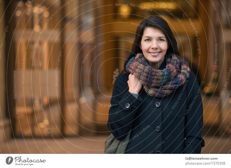 Stilvolle hübsche Frau, die zur Kamera lächelt Mensch Ferien & Urlaub & Reisen Stadt schön Sonne rot ruhig Winter Erwachsene Wärme Herbst natürlich Gebäude