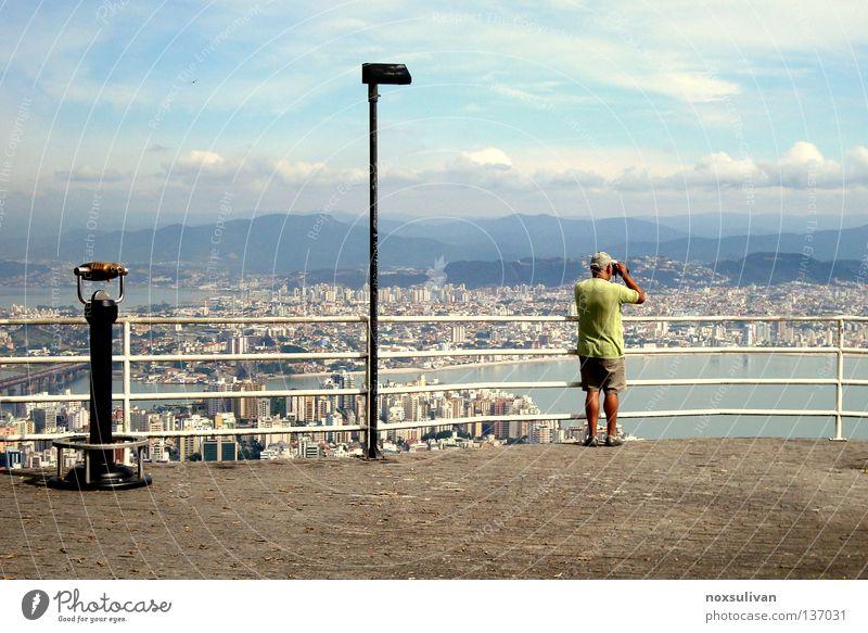 Where is she? Himmel Zoomeffekt Stadt planen Mann Lampe Einsamkeit Landkarte Ferne Meer Plattform Suche finden erfassen Wahrzeichen Denkmal man sky view voyer