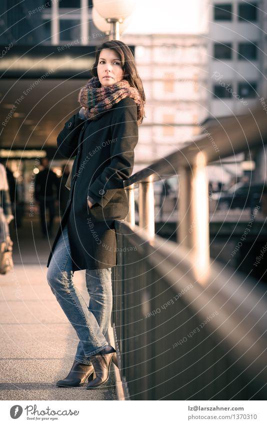 Stilvolle hübsche Frau, die auf Bahn-Schienen sich lehnt Mensch Ferien & Urlaub & Reisen Stadt schön Sonne Erwachsene Herbst Lifestyle Mode stehen warten dünn