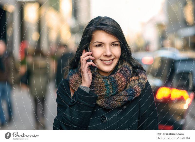Lächelnde Frau in Autumn Fashion Talking am Telefon Lifestyle Glück schön Gesicht Winter sprechen PDA Erwachsene 1 Mensch 30-45 Jahre Herbst Stadt Straße Mantel